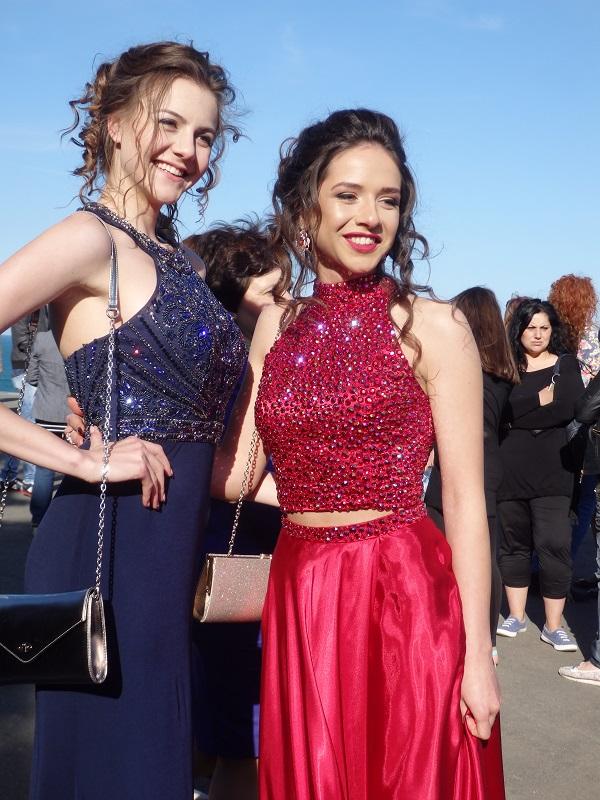 Червени и сини рокли за дамите от Английската гимназия