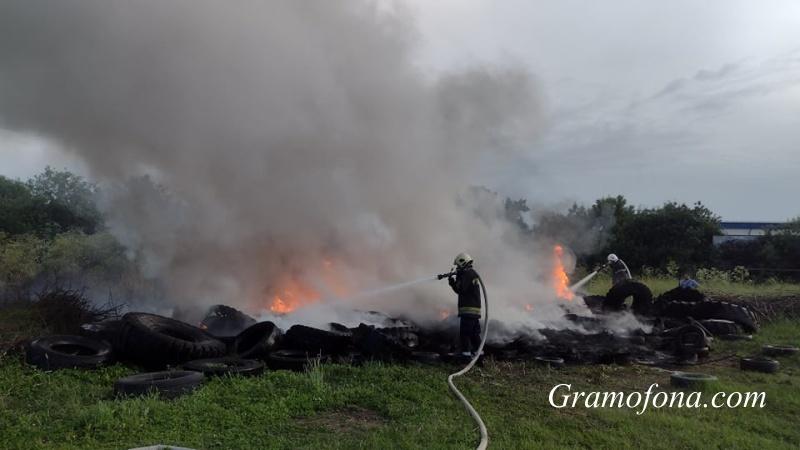Огнеборци гасят пожара на стадиона в Бургас (СНИМКИ)