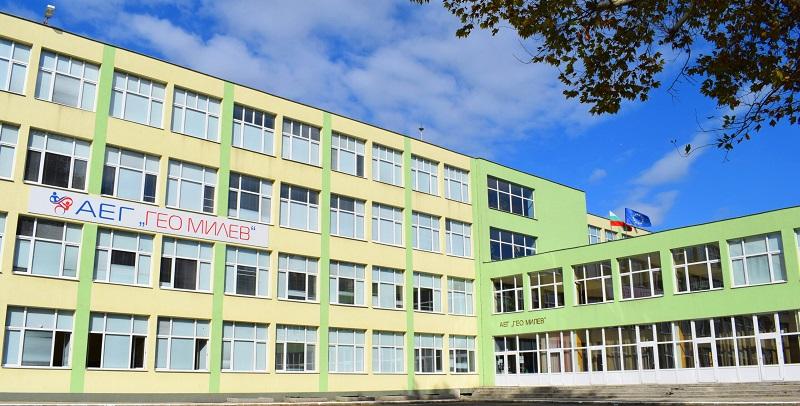 Бивши възпитаници и Общественият съвет дариха 6 проектора на АЕГ- Бургас