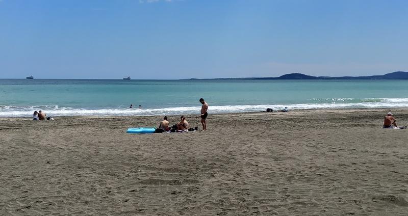 Студен вятър и топло слънце в Бургас, десетки се потопиха в морето