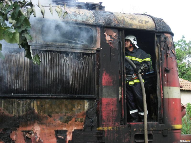 Пламна локомотивът на бързия влак от Бургас за София