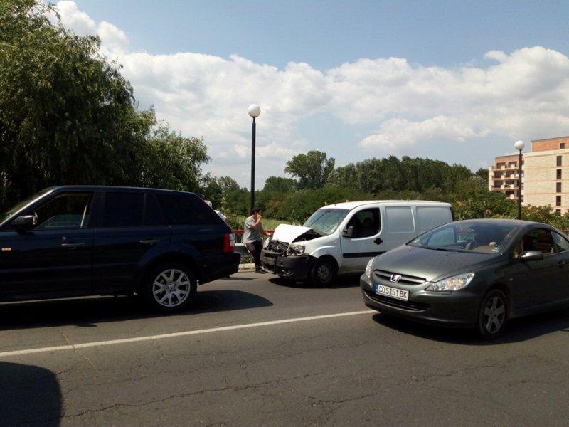 Пикап се заби в джип и блокира главна улица в Слънчев бряг
