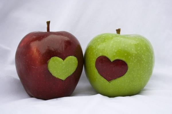 Не е луд този, който яде ябълката, а този, който му я дава
