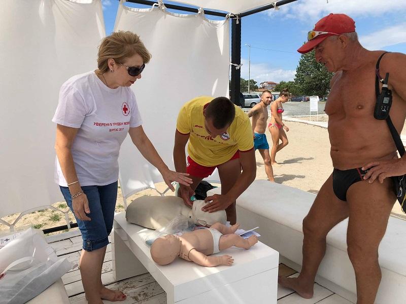 Спасители и летовници на курс за първа долекарска помощ на плажа в Крайморие
