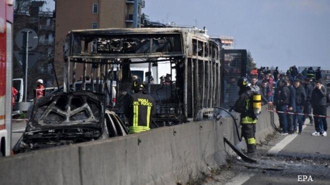 Мъж отвлече автобус с ученици в Италия и го подпали