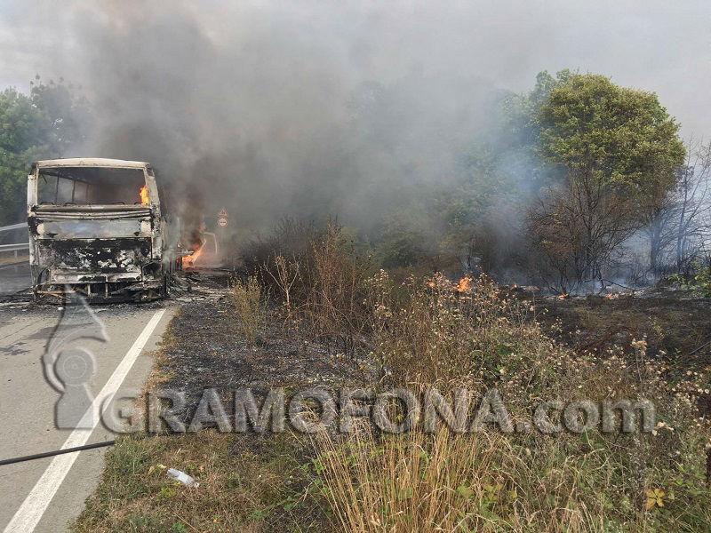Автобусът край Крушевец изгоря напълно