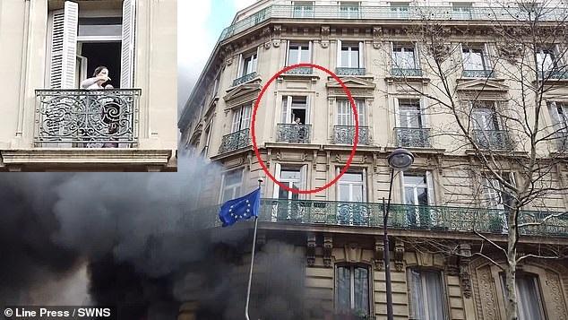 Ужасяващи кадри: Майка и бебето ѝ се оказаха в капана на сграда, подпалена от жълтите жилетки в Париж