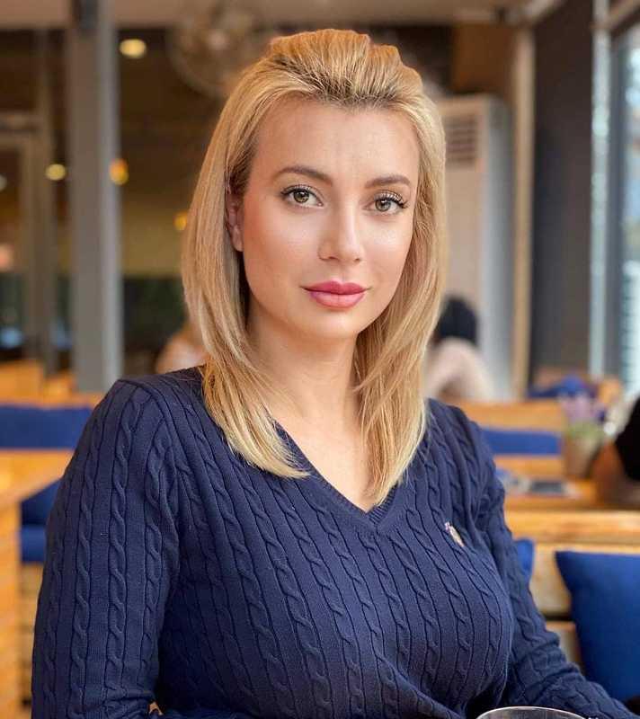 Куп красиви бургазлийки сядат на една маса за имения ден на Ваня Маринова