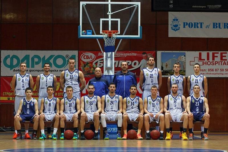 Ученици гледат безплатно мача между баскетболистите на Черноморец и Балкан