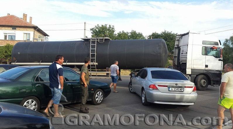 Шахта разби резервоара на турски ТИР край Камено