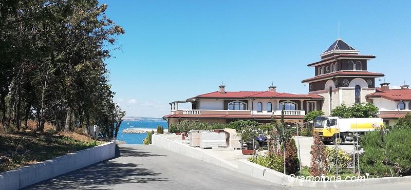 """Община Бургас проверява кой и как обитава """"сараите"""" в Отманли, достъпът до плажа е  свободен"""