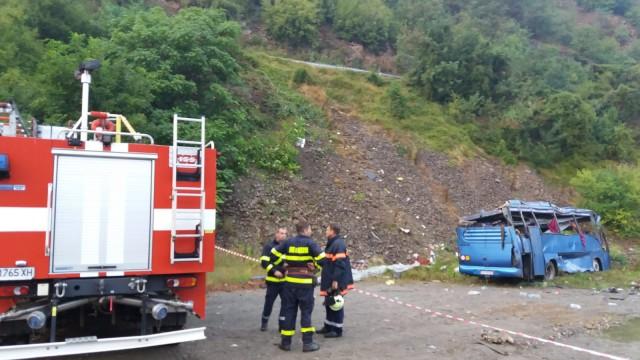 Шест души остават в тежко състояние след катастрофата край Своге