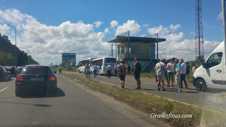 Полиция не пуска пътуващите към Отманли, взимат документите на шофьорите