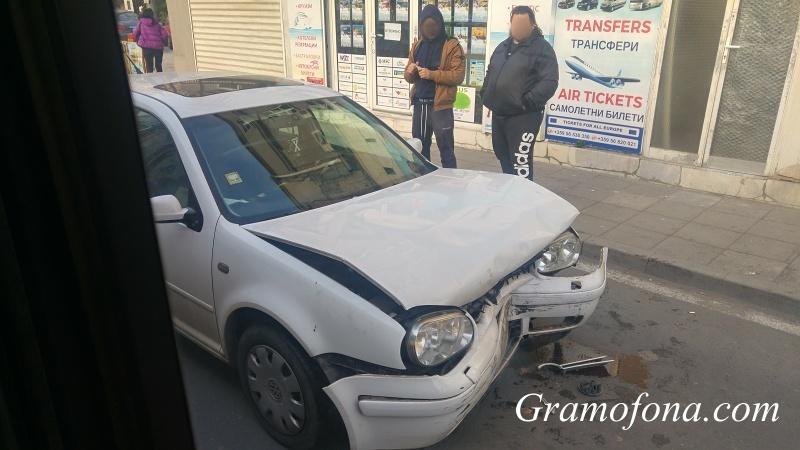 Два автомобила се сблъскаха челно на кръстовище в Бургас (СНИМКИ)