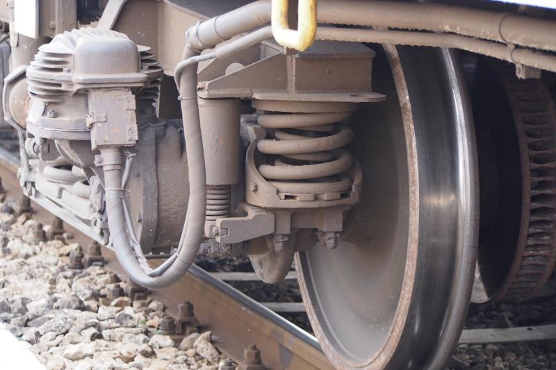 Ченгета задържаха двама карнобатлии, източили близо тон гориво от влак
