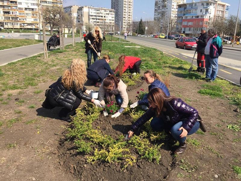 Дами от ГЕРБ посрещат пролетта със стотици цветя в шест общини