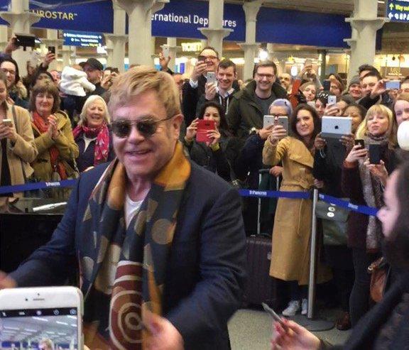 Елтън Джон с изненадващ концерт в лондонска гара