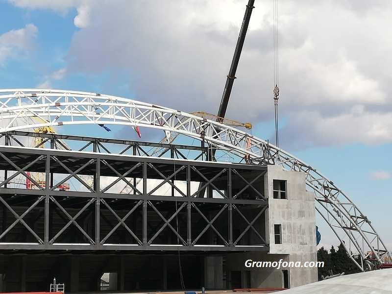 Огромен кран падна на строежа на Арена Бургас