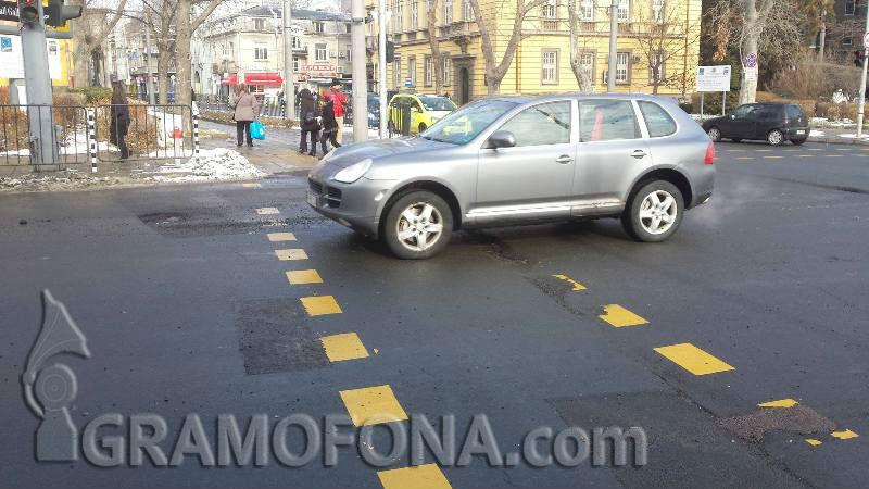 Шофьори беснеят заради дупки кратери в Бургас