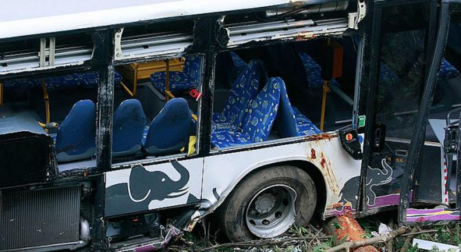Туристически автобус катастрофира в Китай, 26 души загинаха
