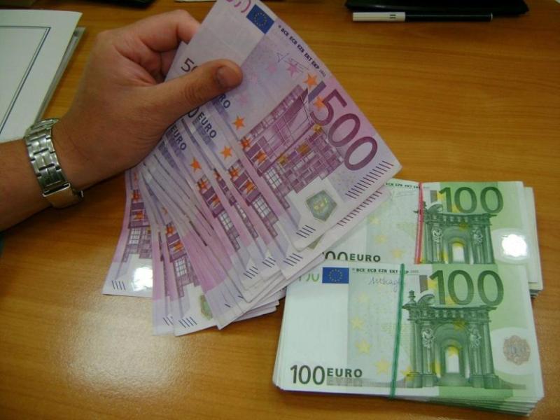 Контрабандна валута за 100 000 лева откриха в джобове на дрехи митническите служители на Малко Търново