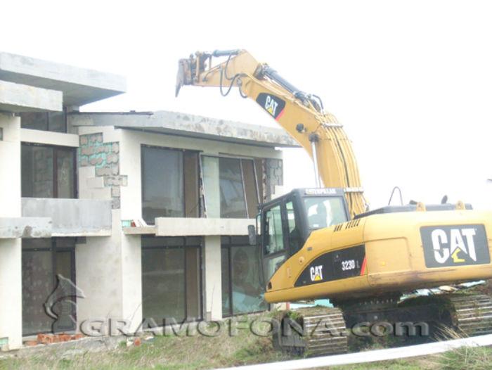 Събарят незаконни сгради край Ахтопол