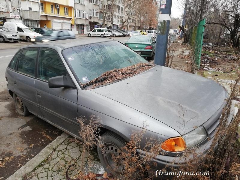 Кола изгнива от години на натоварен булевард, скоро обаче няма да я махнат