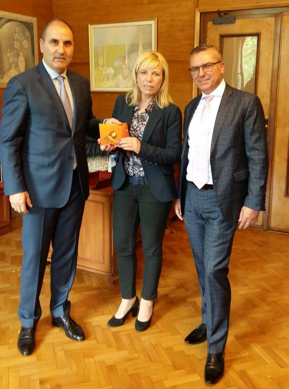 240 книги със стихове на Петя Дубарова за народните представители