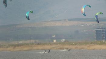 Кайтсърфисти в Поморийското езеро провалили размножителния сезон на редки и защитени птици