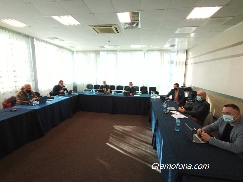 Съветници близо час не могат да влязат в системата на местния парламент, за да се включат в сесията