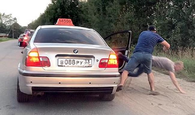 Таксиметров шофьор изхвърли клиент заради празно шише