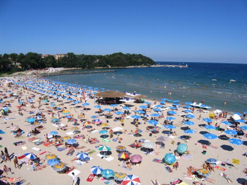 Приморско се напълни с туристи и след активния летен сезон