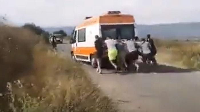 Линейка с ранени при катастрофа закъса, шофьори я бутат на пътя между поморийски села