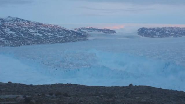 Огромен айсберг се откъсна от ледник в Гренландия