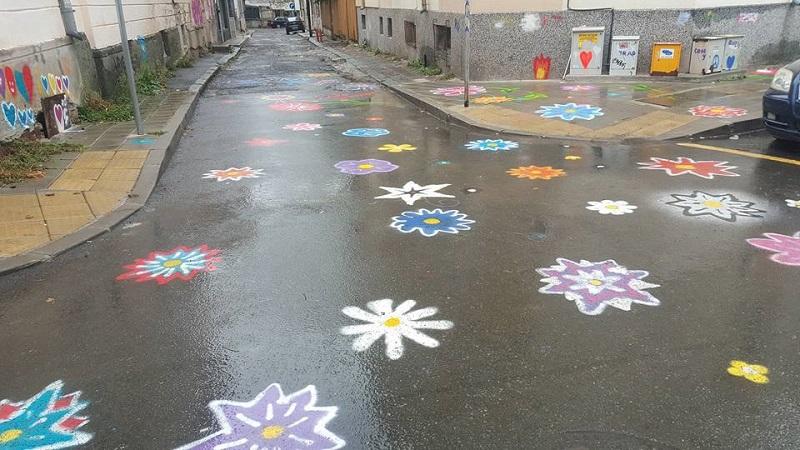 Тайнствени художници редят цвете след цвете по бургаските улици