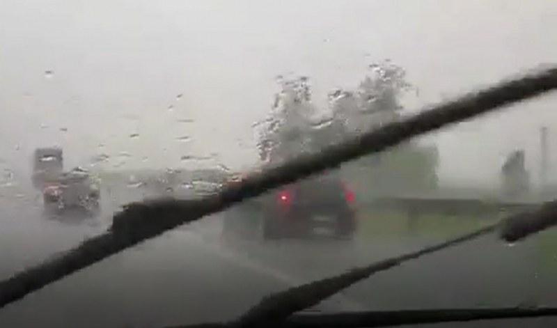 Градушка и паднали клони на магистралата край Карнобат