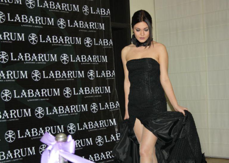 Абитуриентски стил 2021: Дълги рокли, дълбоки цепки и тънки презрамки