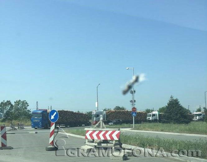 Камиони блокираха пътя от Долно Езерово за Бургас