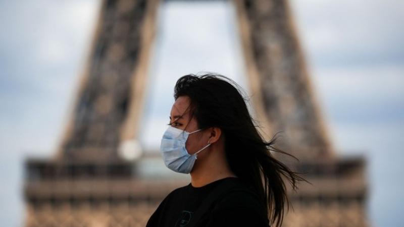 Френската столица връща маските на открито