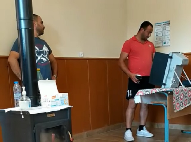 Секретар на секция в айтоско село наднича как се гласува