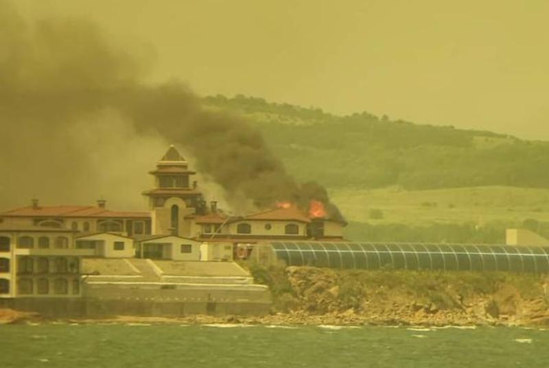 Огромни пламъци на Догановия сарай