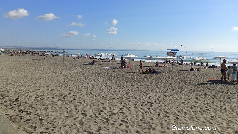 Туристи питат: Къде изчезнаха шезлонгите от Северния плаж в Бургас?