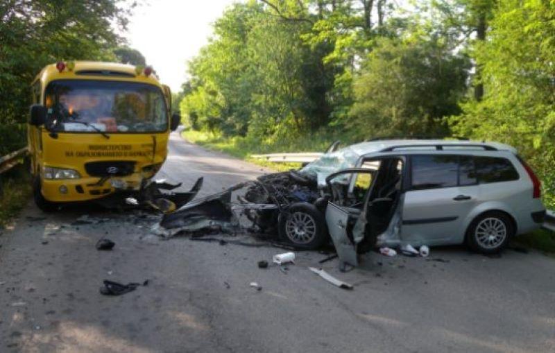 Жена загина при жестока катастрофа с училищен автобус край Варна