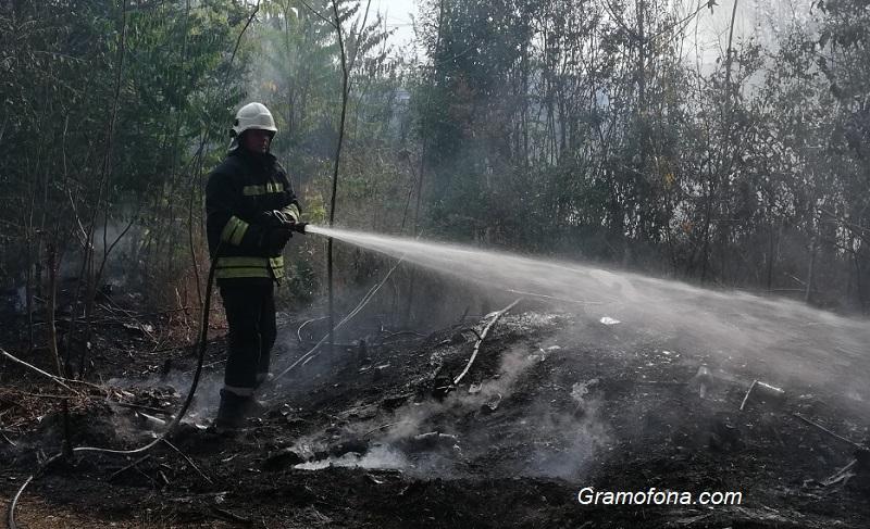 "Боклуци и автомобилни гуми пламнаха под моста на ""Иван Вазов"""
