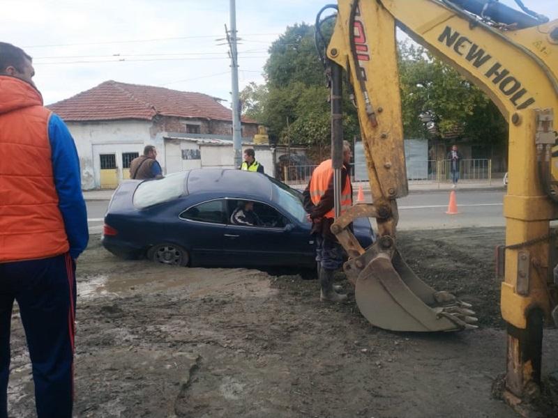 Кола пропадна в дупка на натоварена улица в Бургас
