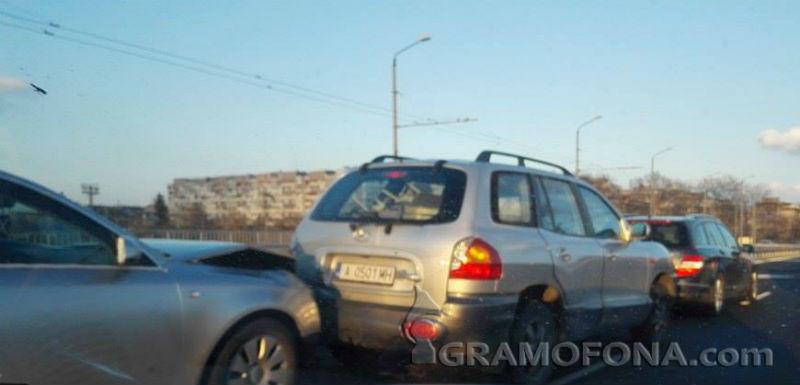 Три коли се нанизаха във верижна катастрофа