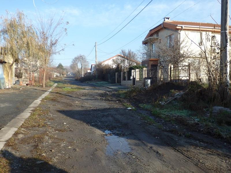 Жители на Рудник от години газят във фекални води, за да стигнат до домовете си