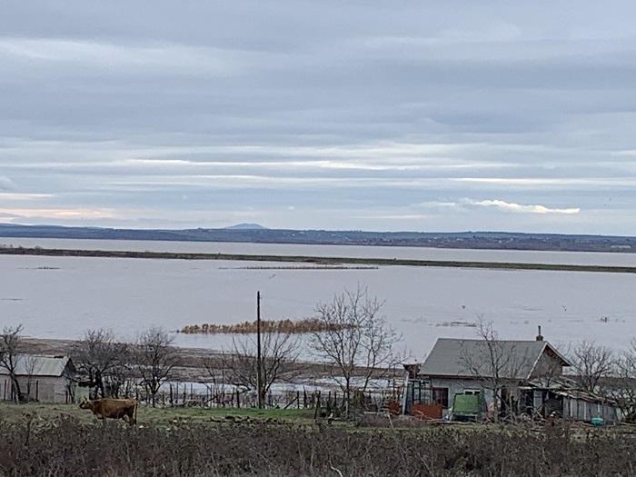Буйната река Факийска скъса дига на язовир Мандра и потопи пътя Димчево – Присад