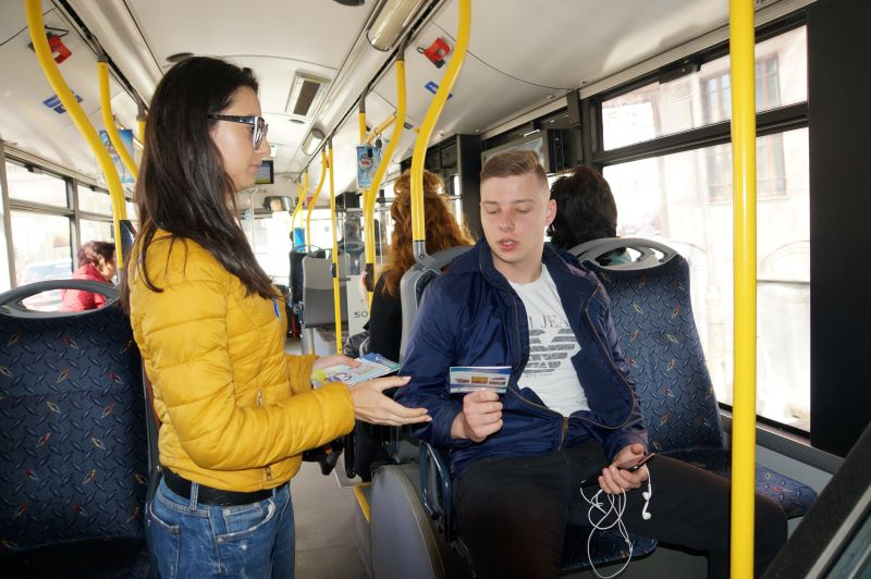 Раздават безплатни книжки в градския транспорт на Бургас