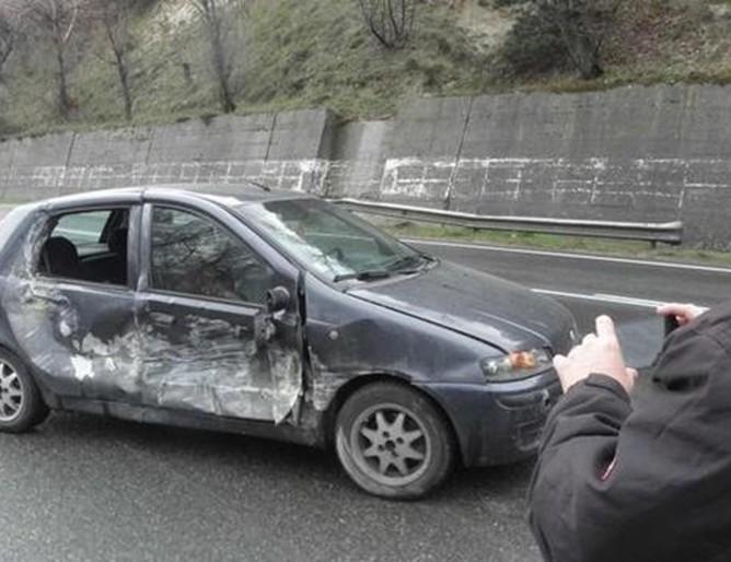 Скала падна върху автомобил край Симитли